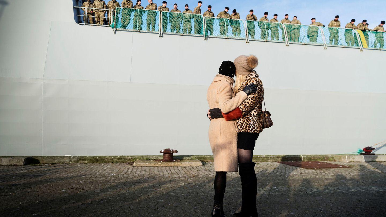 Familiares de soldados daneses les despiden antes de la partida del barco de guerra Esbern Snare hacia una misión en Estonia, el 9 de enero de 2018. (Reuters)