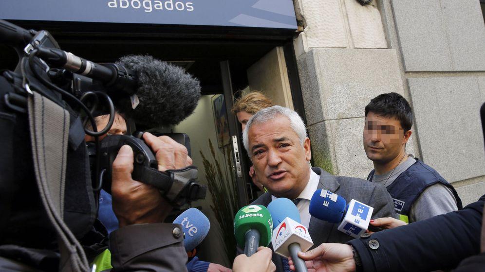 Foto: El presidente de la Asociación de Usuarios de Servicios Bancarios (Ausbanc), Luis Pineda (c). (EFE)