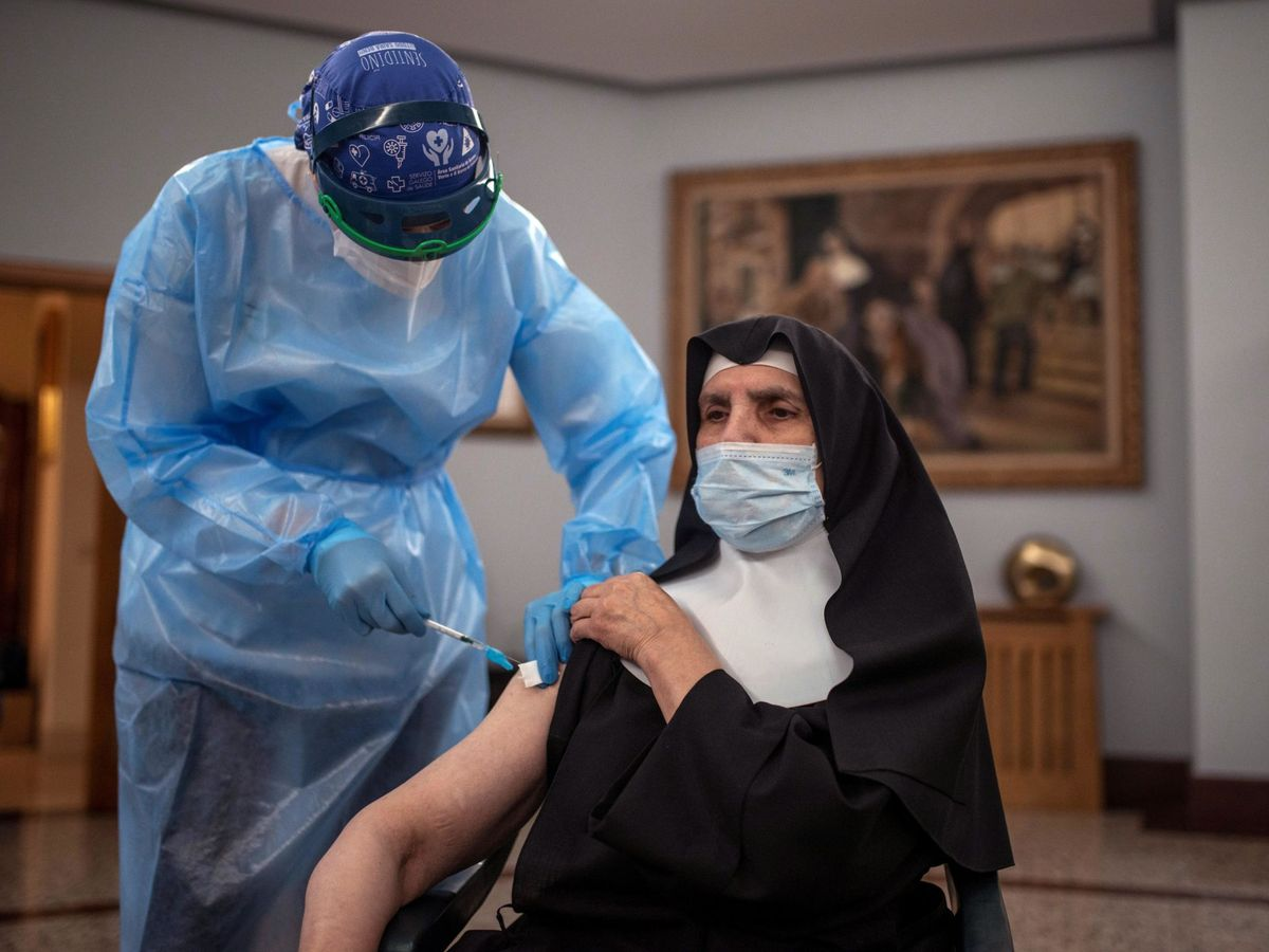 Foto: Una sanitaria vacuna contra el coronavirus a una monja. (EFE)