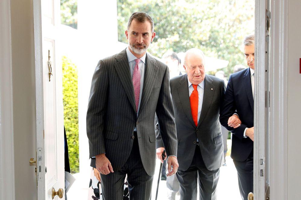 Foto: El rey Felipe VI y su padre, Juan Carlos I, el 22 de mayo de 2018 en la presentación del 'Informe Cotec 2018', en Madrid. (EFE)