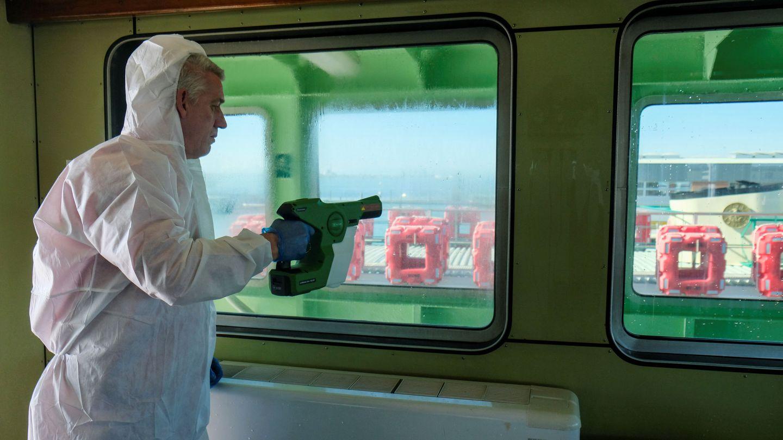 Un hombre desinfecta un taxi acuático en Venecia. (Reuters)