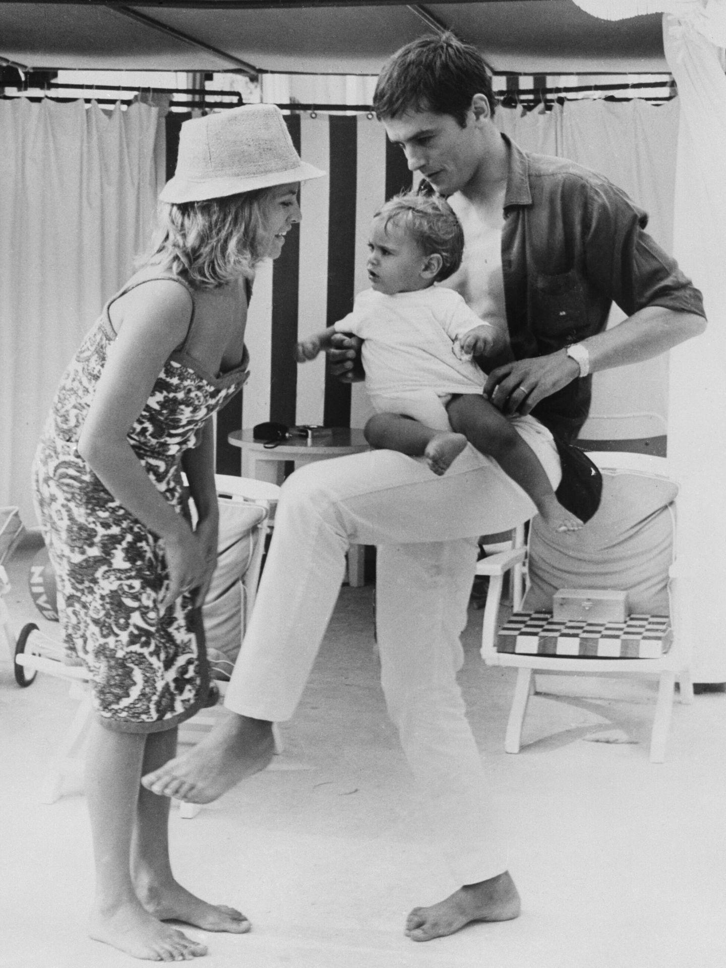 Alain y Nathalie Delon, con su hijo Anthony en Montecarlo en 1965. (Getty)