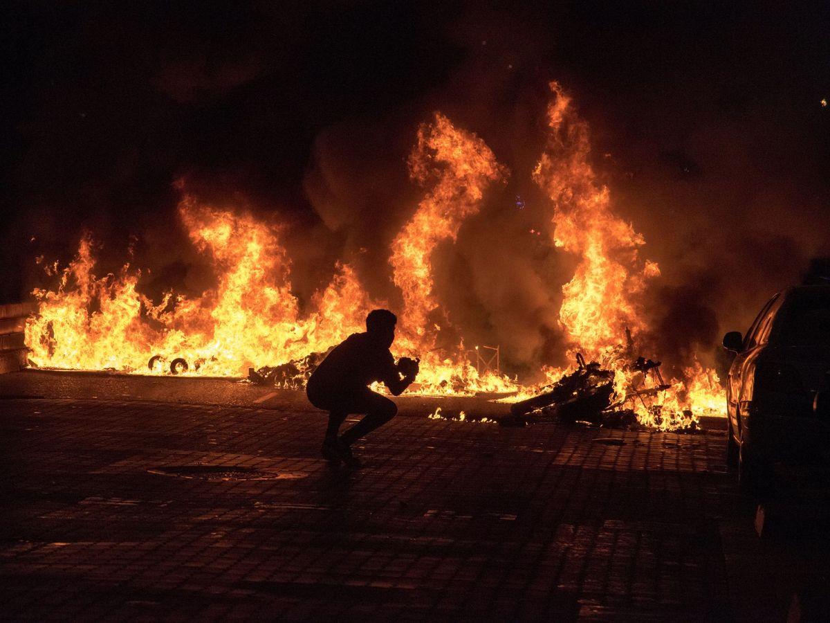 Foto: Incendio de contenedores tras una concentración en apoyo a Pablo Hasél. (EFE)