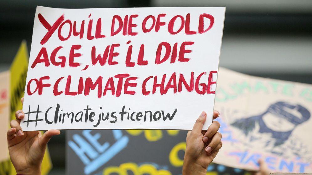 Foto: La pancarta de una activista durante las manifestaciones por el cambio climático en Malasia (EFE/EPA/FAZRY ISMAIL)