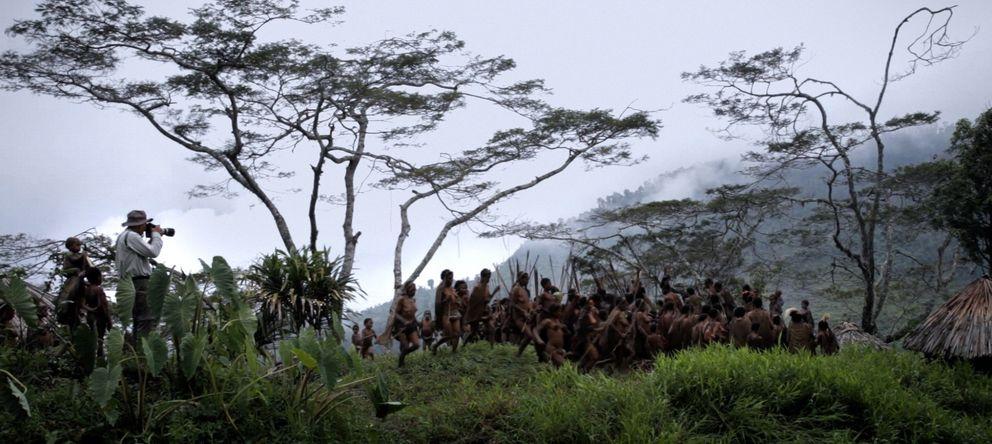 Foto: Sebastián Salgado fotografiando a una tribu
