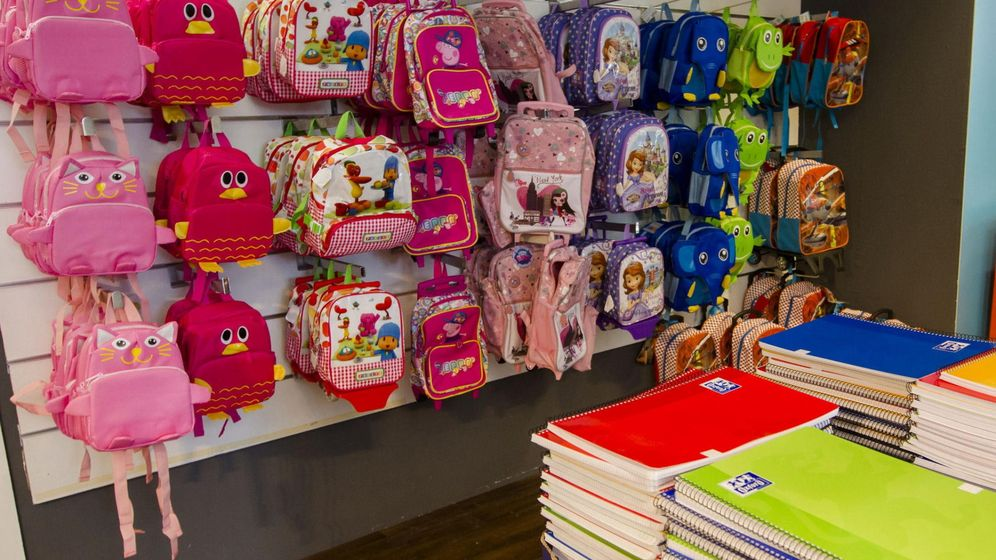 Foto: Las tiendas ya tienen el material escolar preparado. (EFE)
