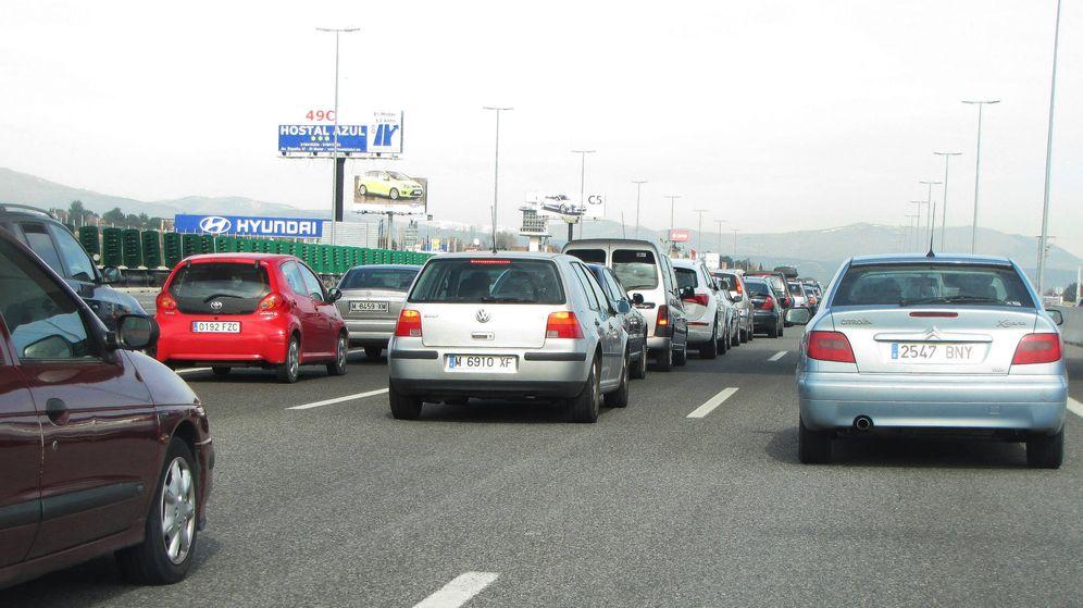 Foto: Cualquier sábado en la A1, a la altura del circuito del Jarama, el tráfico es un caos al pasar de cinco a dos carriles.