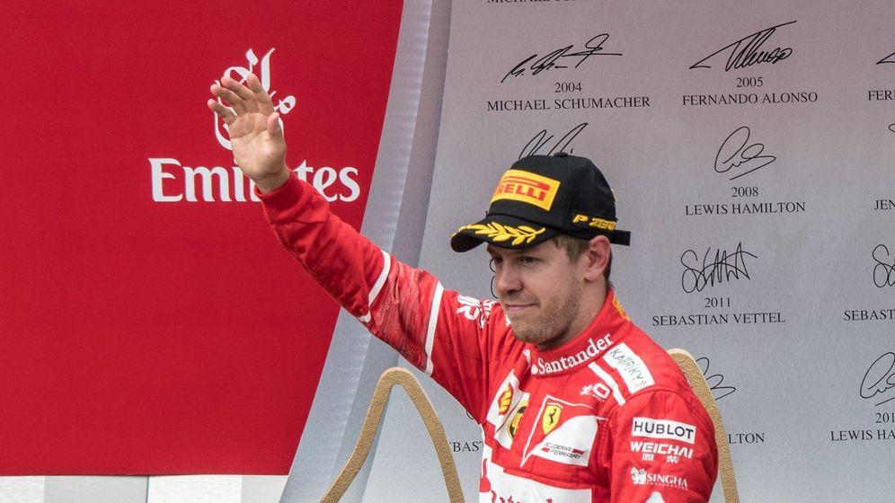 Foto: Vettel, saludando desde el podio de Austria. (EFE)