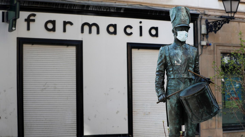 La estatua en honor al músico donostiarra Raimundo Sarriegi, en San Sebastián, luce una mascarilla. (EFE)