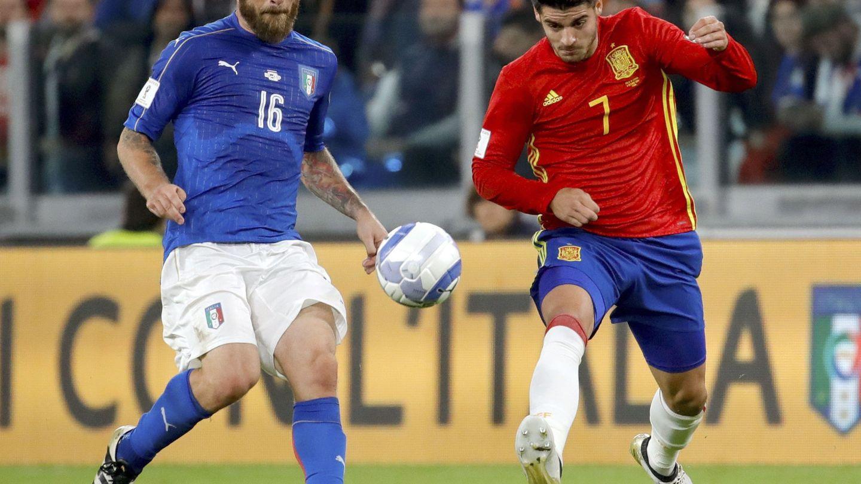 Morata y De Rossi, en uno de los enfrentamientos de España e Italia. (EFE)
