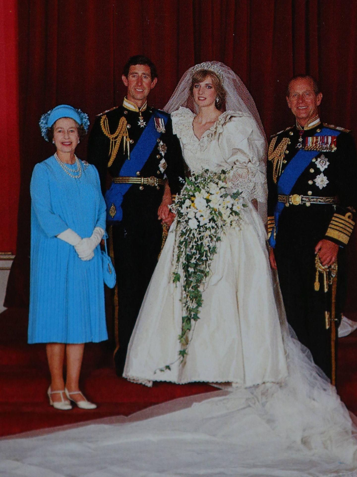 El vestido que llevó la reina Isabel en la boda de Carlos y Diana fue diseñado por Ian Thomas. (Cordon Press)