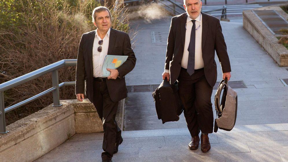 Foto: Ginés Jiménez, con su abogado, en la Audiencia Provincial. (EFE)