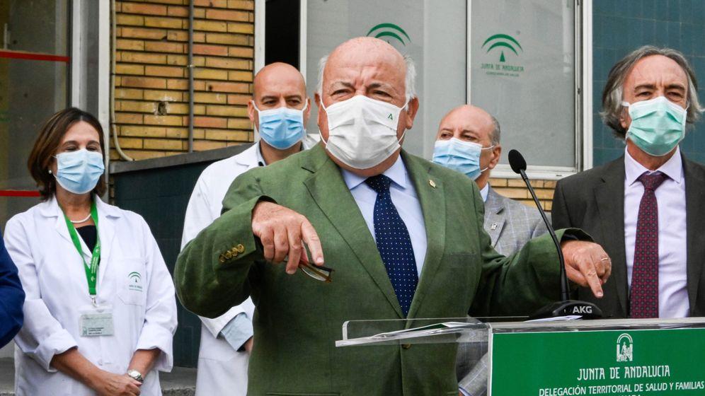 Foto: -El consejero de Salud de la Junta de Andalucía, Jesús Aguirre (c), durante su visita al centro de salud del Zaidín en Granada, en septiembre. (EFE)