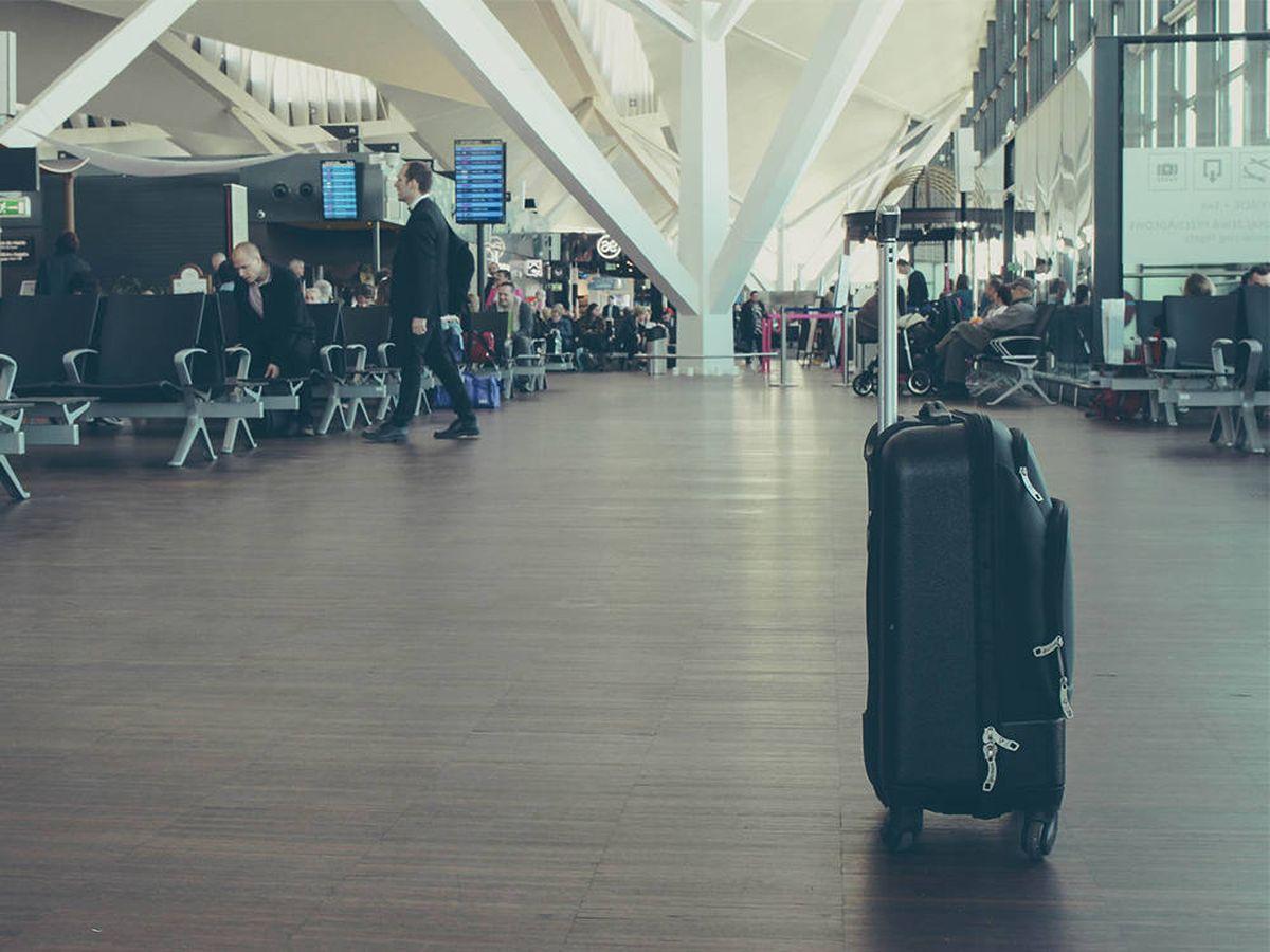 Foto: Maletas de cabina para llevarlo todo en tu viaje y no pagar de más en vuelos low cost (Michal Parzuchowski para Unsplash)
