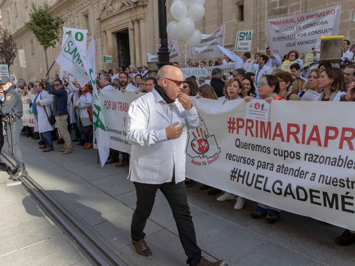 Foto: Manifestación de médicos de atención primaria en Sevilla en noviembre de 2018. (EFE)