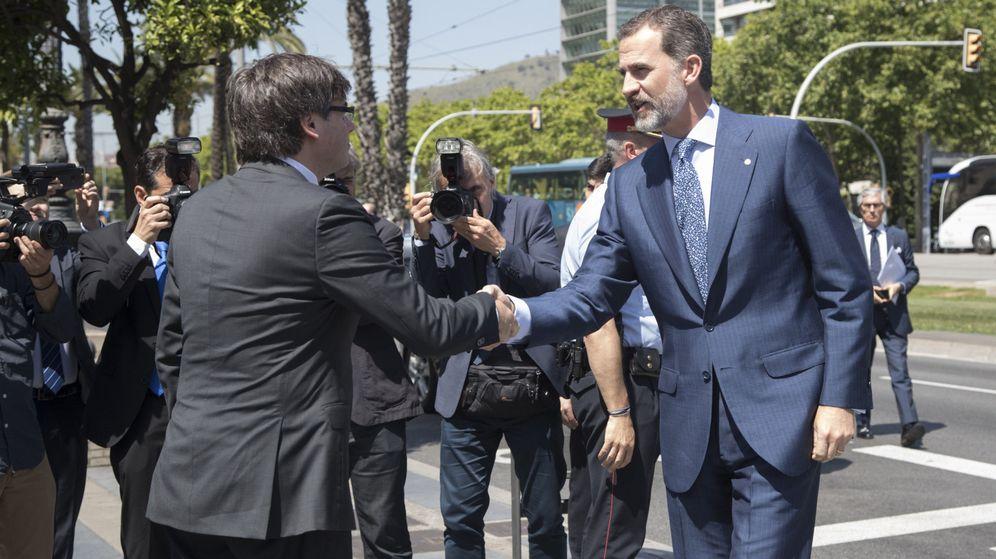 Foto: El rey Felipe VI saluda al presidente de la Generalitat, Carles Puigdemont. (EFE)