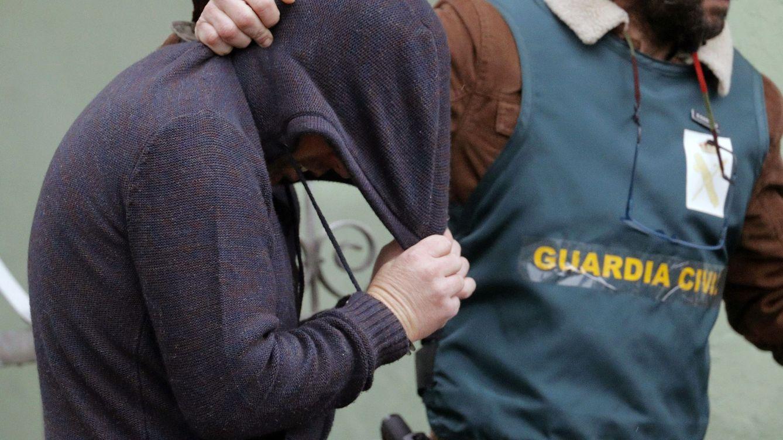 Foto: Trasladan al detenido por crimen de Diana Quer a su vivienda para un registro. (EFE)