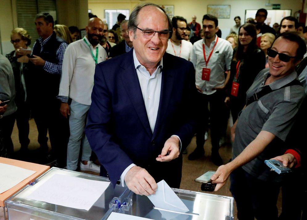 Foto: Ángel Gabilondo acude a votar en un colegio del centro de Madrid, este 26 de mayo. (EFE)