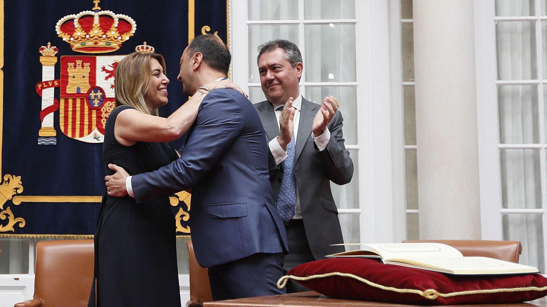 Susana Díaz abraza al nuevo delegado del Gobierno en Andalucía, Alfonso Rodríguez Gómez de Celis, tras tomar posesión de su cargo, el pasado 22 de junio en Sevilla. (EFE)