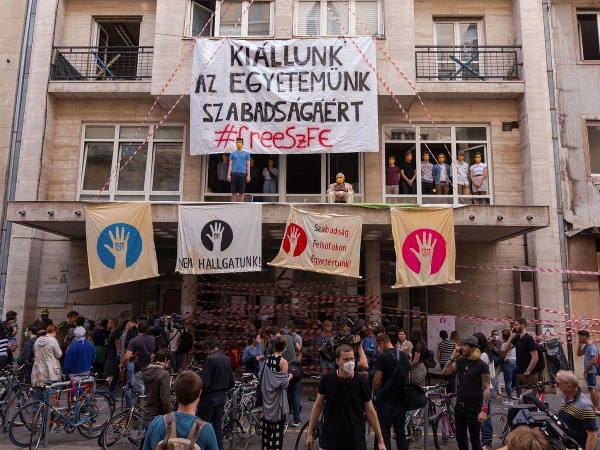 Foto: Protesta en Budapest por la autonomía de la Universidad de Teatro y Cine  en budapest por la autonomía de la universidad de teatro y cine el pasado septiembre (EFE)