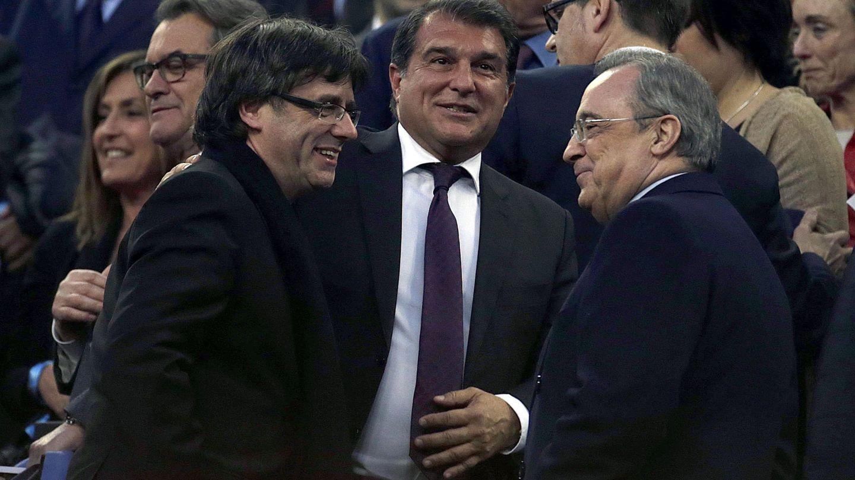 Joan Laporta y Florentino Pérez, con Puigdemont, en el palco del Camp Nou. (EFE)