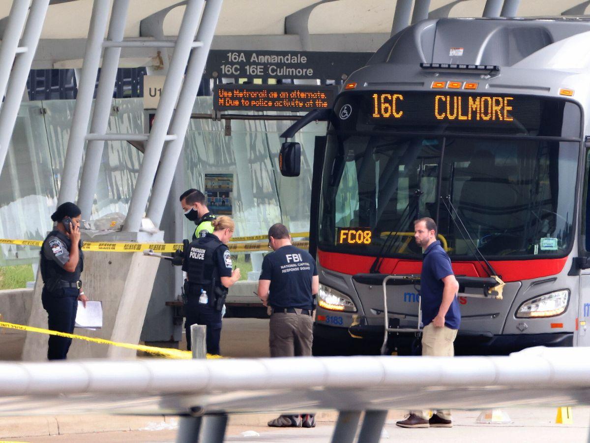Foto: Policías en la estación donde se ha producido un tiroteo a las afueras del Pentágono. (Reuters)
