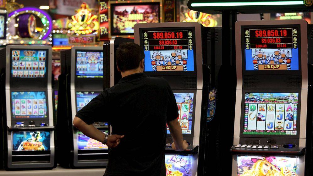Foto: Imagen de archivo de un hombre jugando en una máquina tragaperras. (EFE)