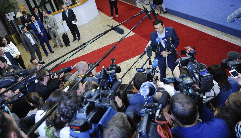 Foto: Tsipras atiende a los medios al término de la cumbre tras alcanzar un acuerdo con la Eurozona (Efe).