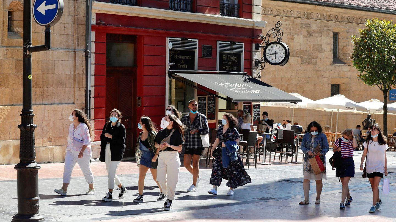 Un grupo de turistas en el centro de Oviedo. (EFE)