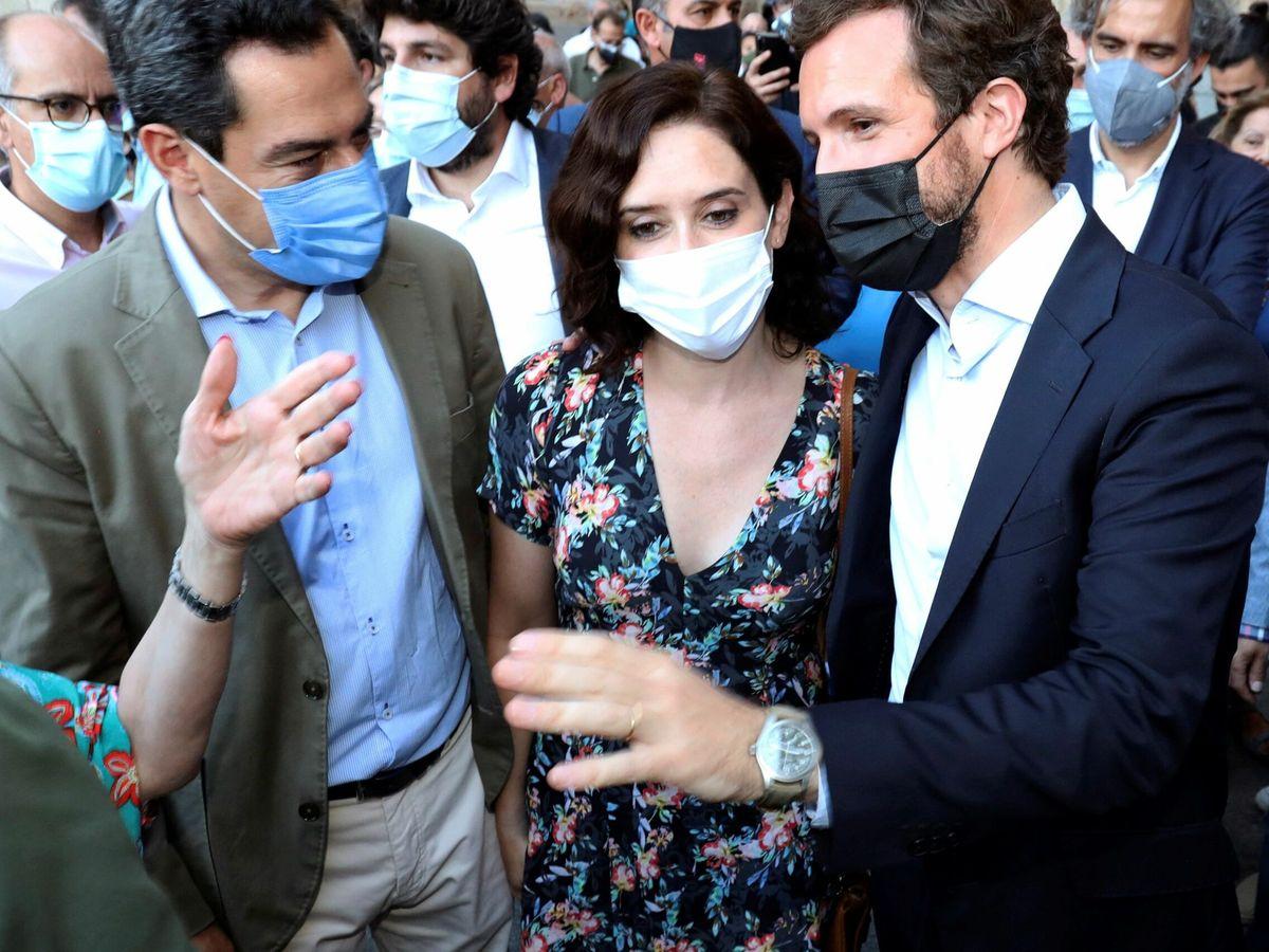 Foto: El presidente del PP, Pablo Casado (d), acompañado hoy jueves por el presidente de Andalucia, Juanma Moreno y la presidenta de la Comunidad de Madrid, Isabel Díaz Ayuso. (EFE)