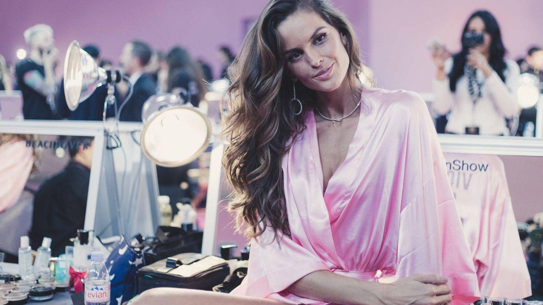 Izabel Goulart en el backstage del desfile de Victoria's Secret. (Gtres)