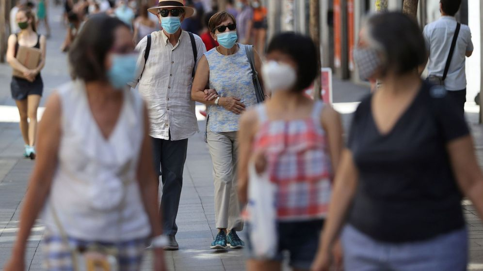 Foto: Dos personas con mascarilla pasean por Madrid. (EFE)