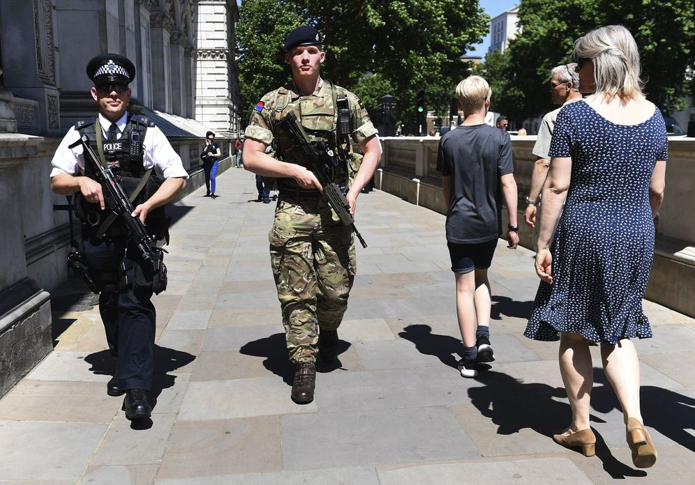 Foto: Soldados británicos patrullan Londres tras el atentado de Mánchester, el 26 de mayo de 2017. (EFE)