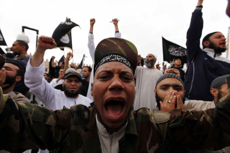 Foto: Salafistas tunecinos durante una protesta en la ciudad de Kairouan durante una cumbre nacional de Ansar al-Sharia (Reuters).