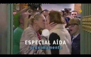 El beso lésbico de Belén Esteban en Aída