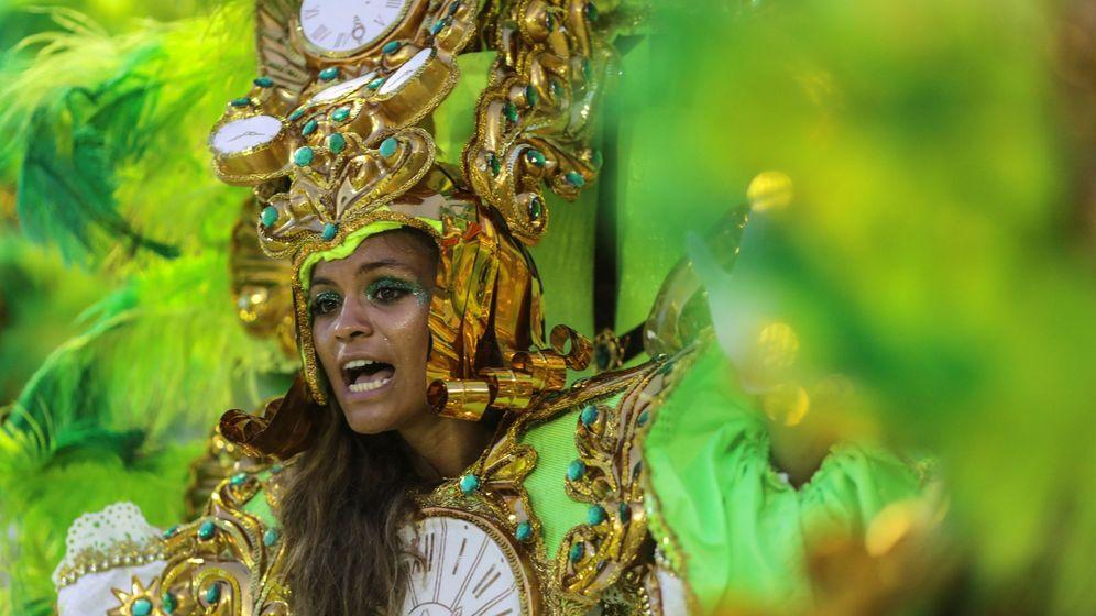 Foto: Integrantes de la escuela de samba del Grupo Especial Mocidade Independente de Padre Miguel desfilan durante la celebración del carnaval en 2019. (EFE)