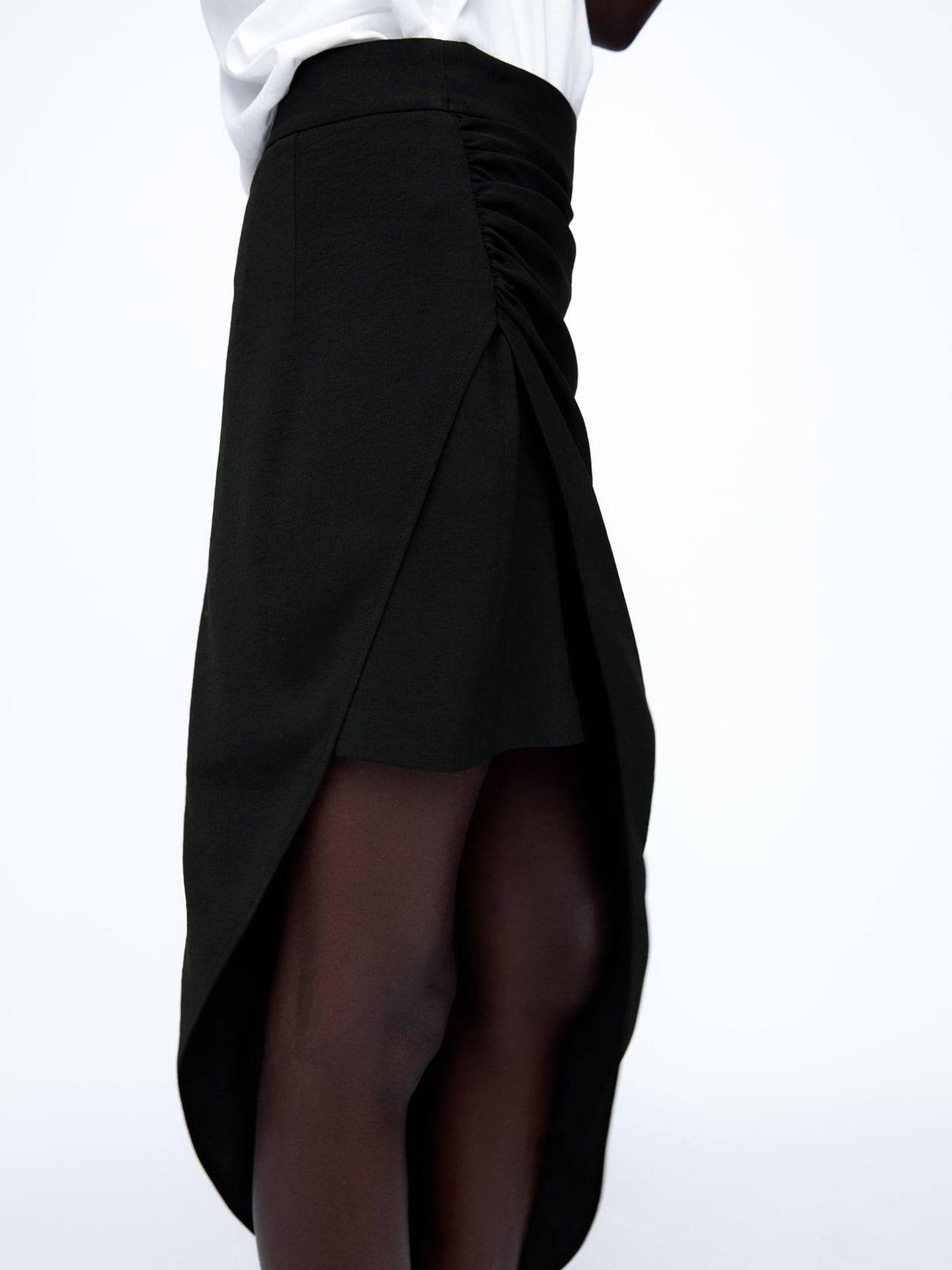 Falda midi perfecta de Zara. (Cortesía)