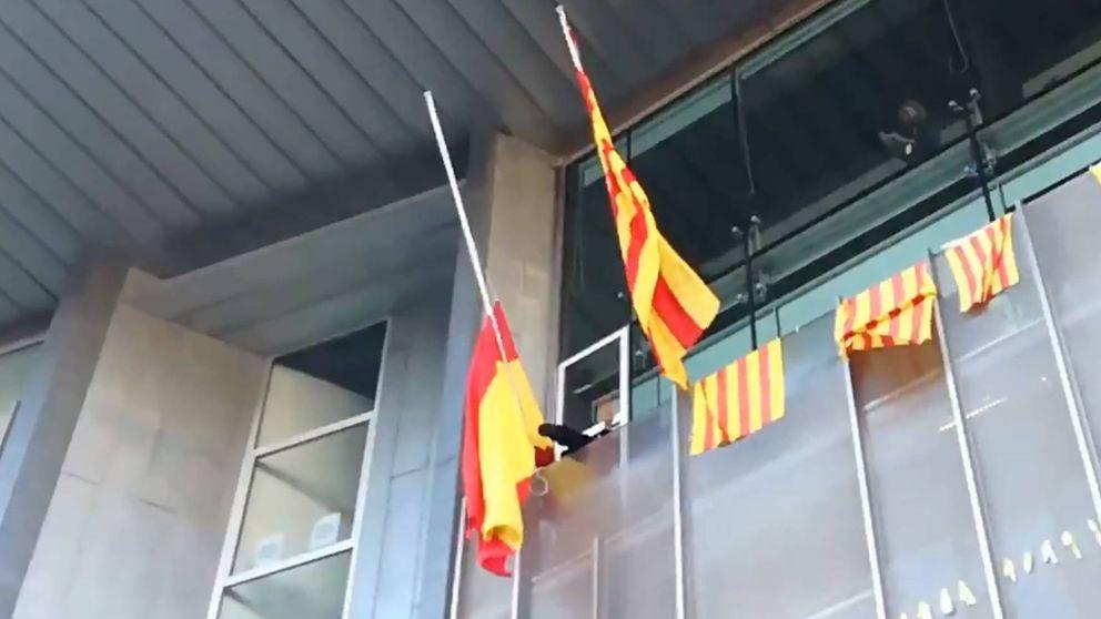 Entran en la sede de la Generalitat de Girona por la fuerza y quitan la bandera de España
