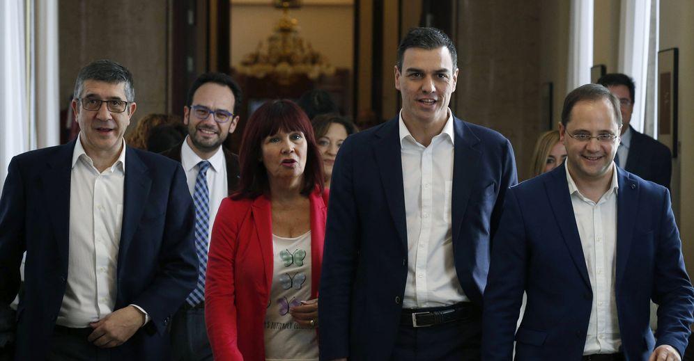 Foto: Pedro Sánchez, flanqueado por Patxi López, Antonio Hernando, Micaela Navarro y César Luena, este 12 de enero a su llegada a la reunión del Grupo Socialista en el Congreso. (EFE)