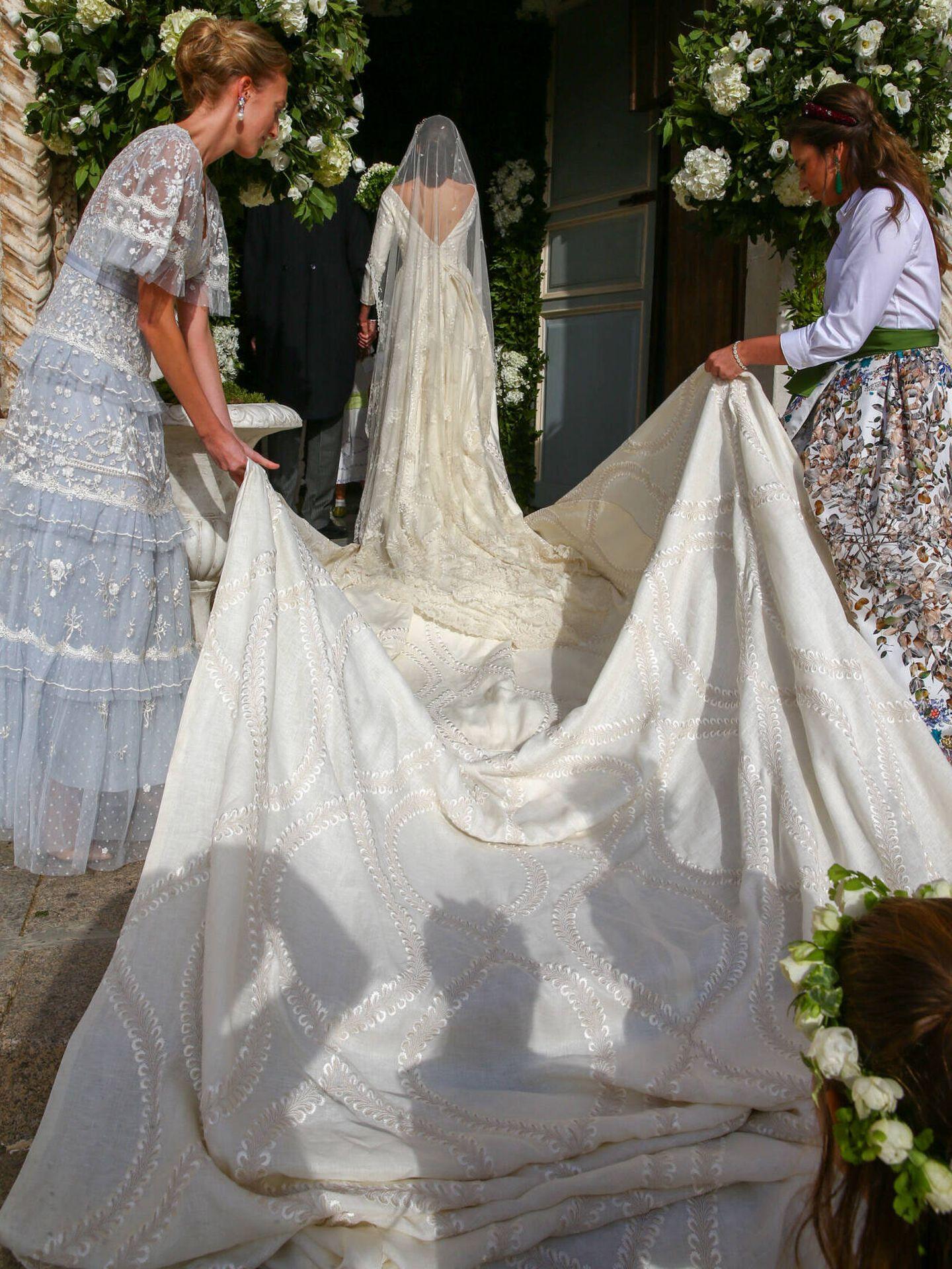 El vestido de novia con su larga cola. (Gtres)