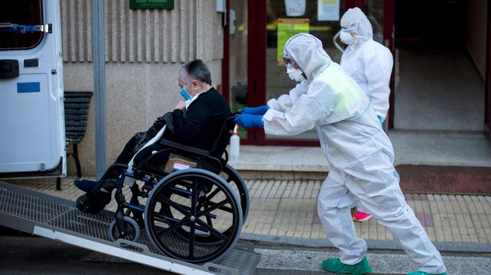 Foto: Un anciano de la residencia de mayores San Carlos de Celanova (Ourense), que contabiliza 27 casos de coronavirus, es trasladado a otro centro. (EFE)