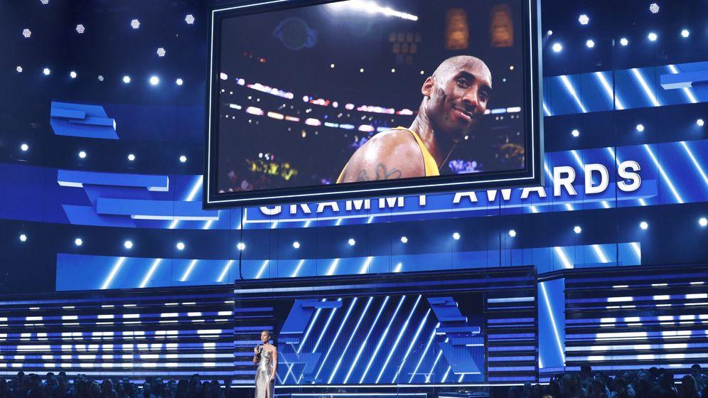 Foto: Alicia Keys quiso homenajear a Kobe Bryant en el inicio de la gala de entrega de los Grammy (Reuters/Mario Anzuoni)