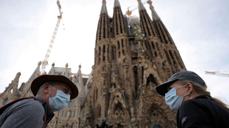 Foto: Turistas con máscaras frente a la Sagrada Familia. (REUTERS)