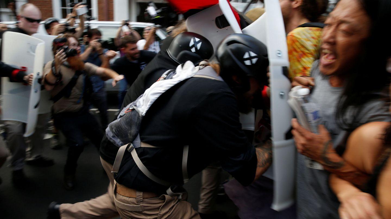 Nacionalistas blancos cargan contra los grupos que protestan contra la marcha (Reuters)