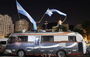 Dios es argentino: los fieles seguidores de Messi toman Río