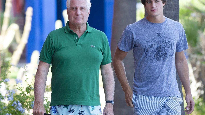 El duque de Alba y su hijo Carlos Fitz-James Stuart el verano pasado paseando en Sotogrande. (Getty)