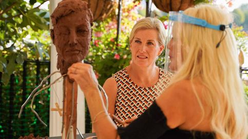 Hablamos con Lady Petchey, la artista para la que posan Isabel II y su familia