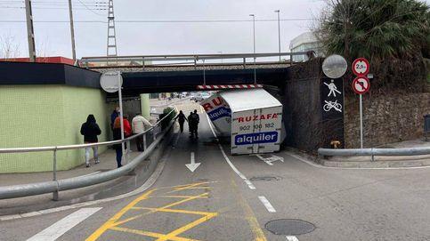 Un camión cargado de marihuana se queda encajado en un túnel de Barcelona