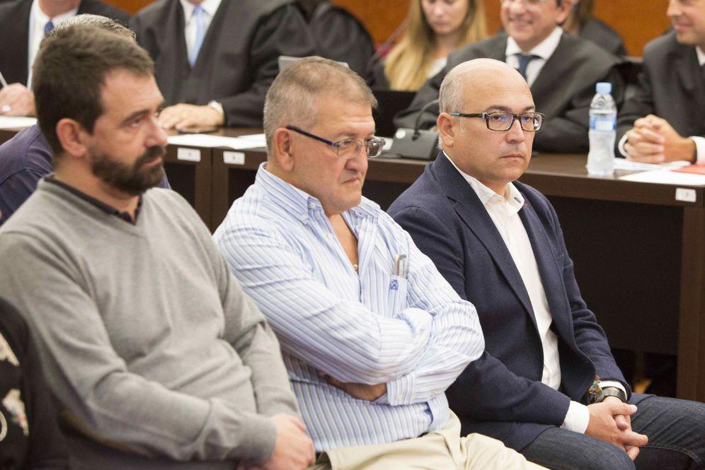 Foto: Alfredo de Miguel, a la derecha, en el banquillo de los acusados junto a Aitor Telleria (centro) y Koldo Otxandiano. (EFE)