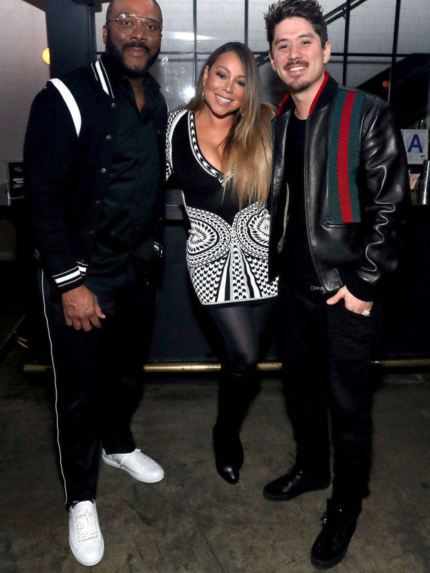 Con Mariah Carey y Bryan Tanaka, en el estreno de 'A Fall From Grace'. (Getty)